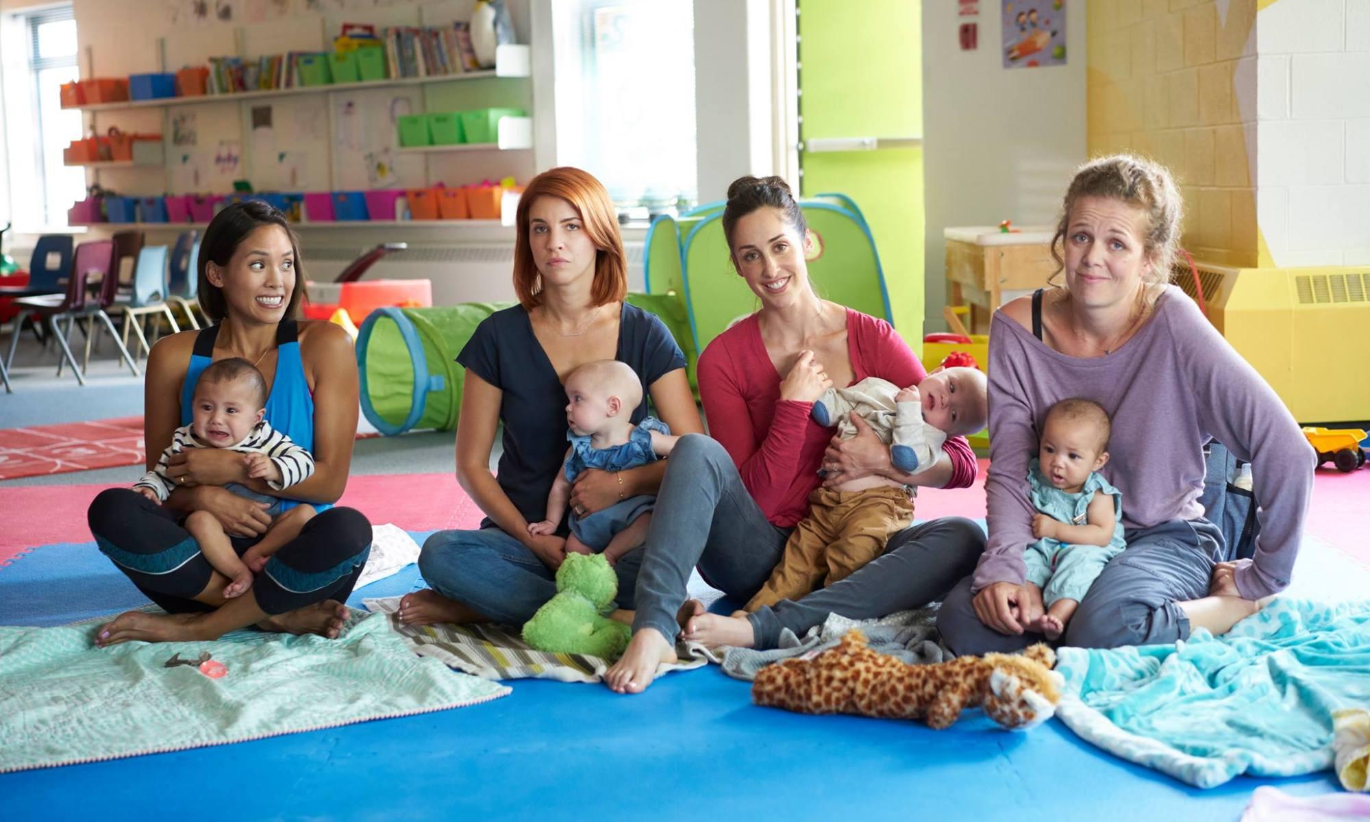 groupe de femmes tenant bébés